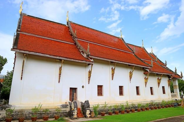 Le viharn de wat phra that chang kham worawihan temple complex, province de nan, dans le nord de la thaïlande