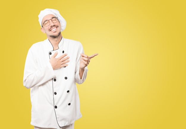 Vilain jeune chef se moquant de vous