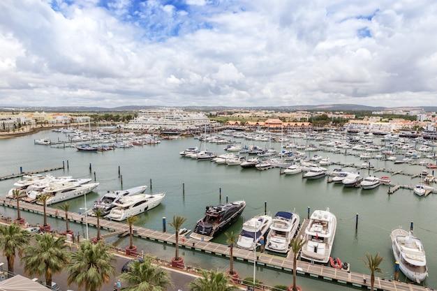 Vilamoura, portugal - 6 juin 2017 - vue des yachts de l'hôtel tivoli en été en vacances.