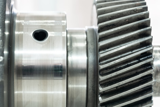 Vilebrequin du moteur diesel sur fond blanc