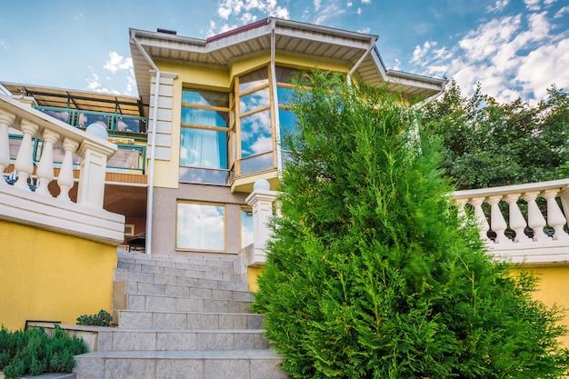 Villa extérieure de style moderne entourée par la nature