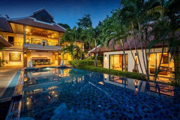 Villa de luxe balinaise thaïlandaise avec piscine à débordement