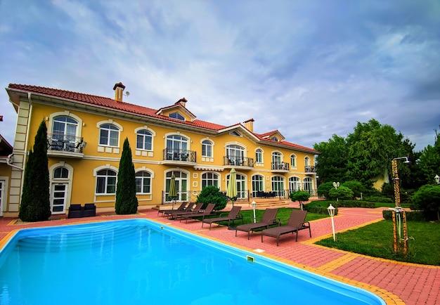 Villa de luxe. maison, résidence avec piscine