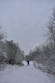 Village abandonné dans la neige en hiver