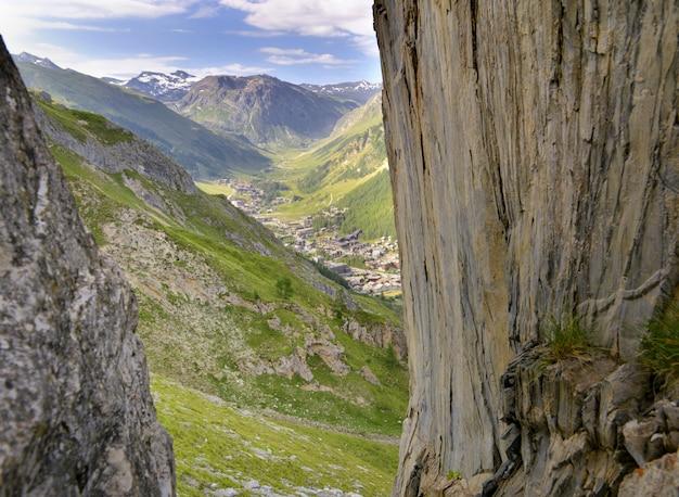 Village alpin dans une vallée européenne derrière un mur rocheux