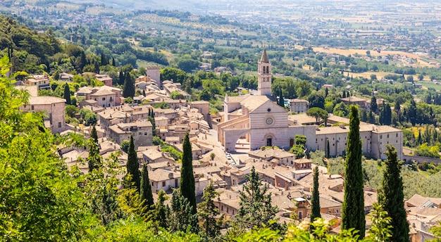 Village d'assise dans la région de l'ombrie, en italie. la ville est célèbre pour la plus importante basilique italienne dédiée à saint françois - san francesco.