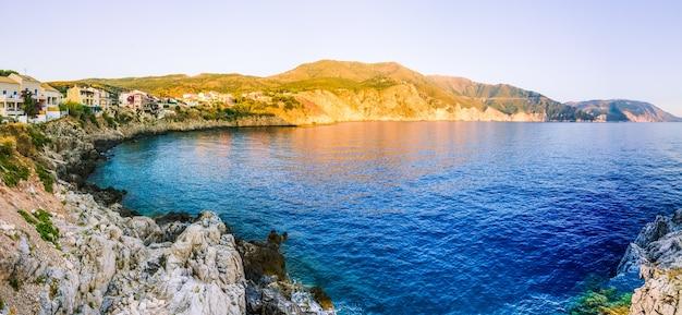 Village d'assos à partir du site des falaises sur le coucher du soleil du soir à céphalonie, grèce