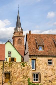 Village de bergheim avec mur de défense et et beffroi - alsace, france