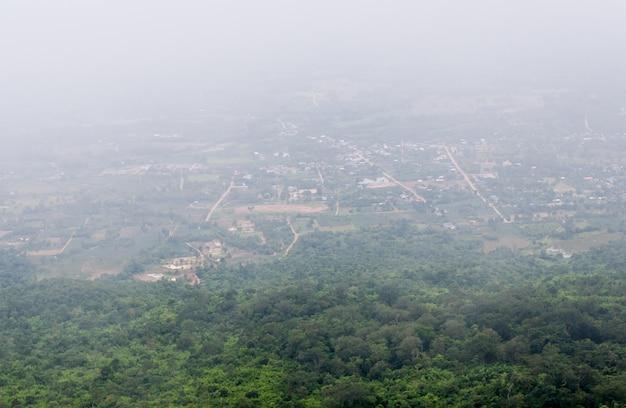 Le village de campagne est couvert de brouillard.