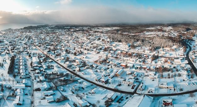 Village couvert de neige pendant la journée