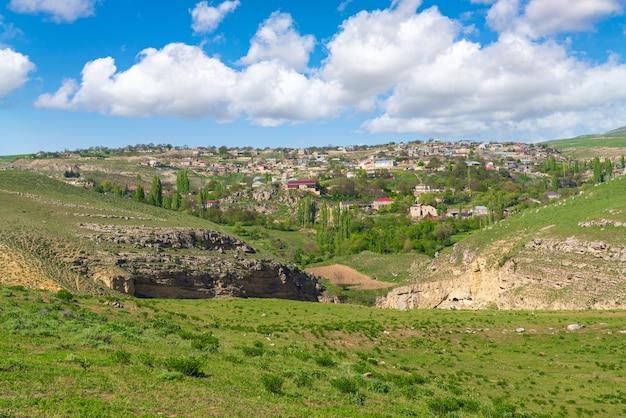 Village dans une belle région vallonnée
