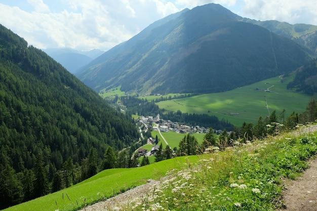 Village dans les montagnes en autriche en été
