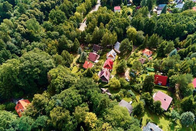 Village dans les montagnes avec vue aérienne de la forêt paysage de montagne