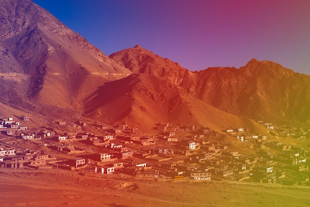 Village dans le paysage de montagne