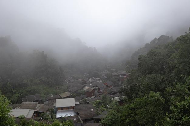 Village dans la vallée profonde couverte de brouillard mae kampong chiangmai thaïlande