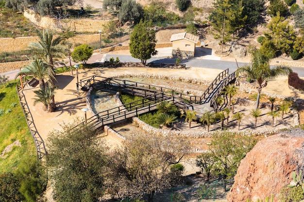 Village espagnol avec maisons, parking et espace de détente et de promenade au pied des montagnes, finestrat, espagne