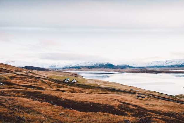 Village avec fermes dans une région rurale des montagnes d'islande