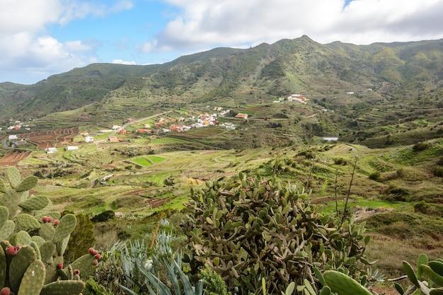Village à flanc de montagne. ténérife. espagne. canari