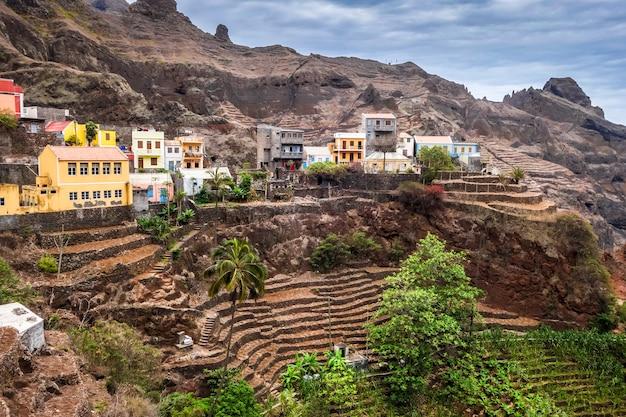 Village de fontainhas et champs en terrasse sur l'île de santo antao, cap-vert