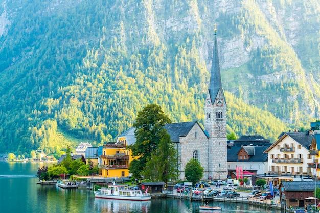 Village de hallstatt sur le lac hallstatter dans les alpes autrichiennes