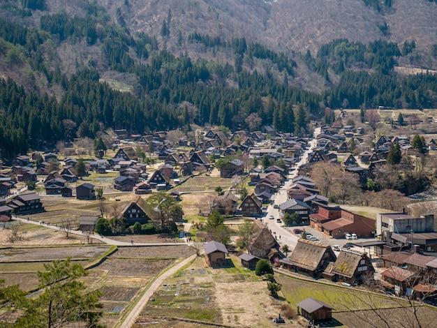 Village historique de shirakawa-go au printemps, japon