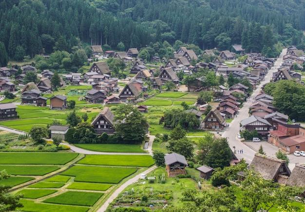 Village historique de shirakawa-go en été
