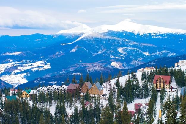 Village d'hiver dans les montagnes