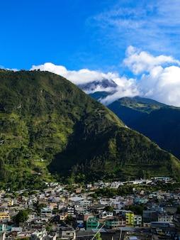 Village latin dans une montagne