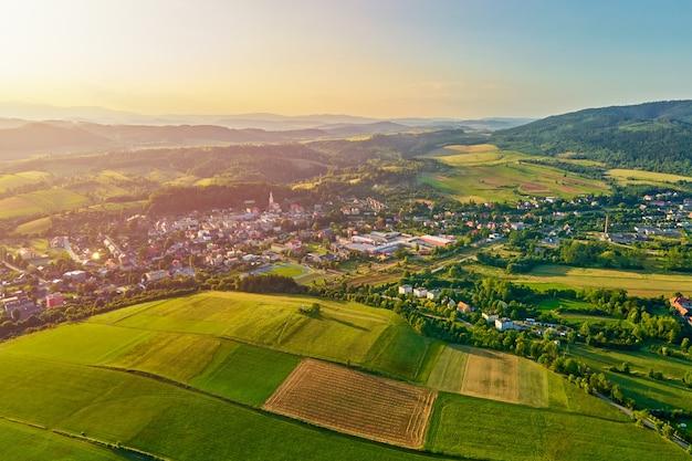 Village de montagne et champs agricoles vue aérienne nature paysage