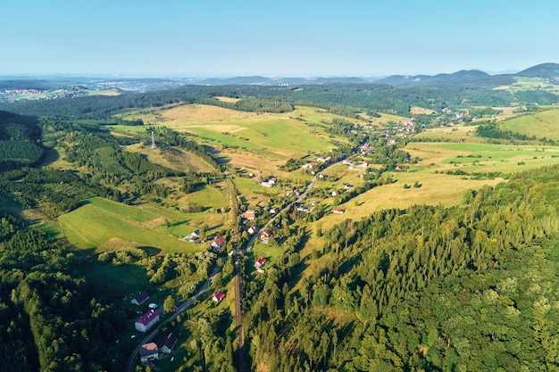Village de montagne et champs agricoles, vue aérienne. paysage naturel