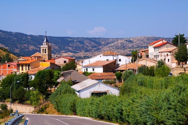 Village de montagne en été. frias de albarracin