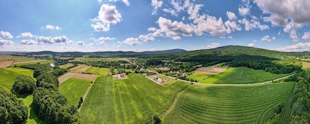 Village de montagne avec forêts, vue plongeante. paysage de montagne de sleza près de wroclaw en pologne