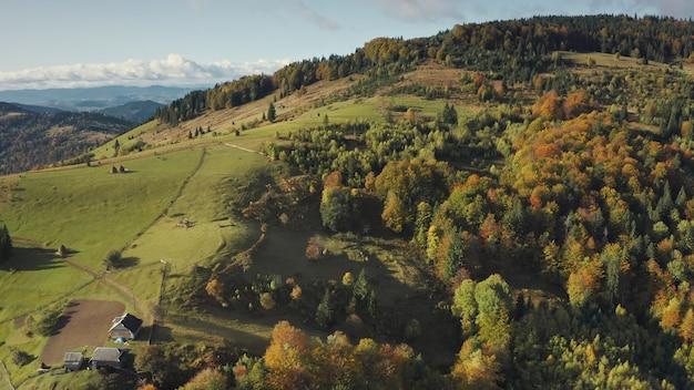 Village de montagne en haut de l'antenne automne personne paysage nature arbres verts herbe aux chalets avec