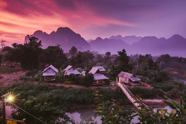 Village et montagne à vang vieng, laos.