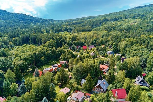 Village de montagne avec vue à vol d'oiseau de forêts
