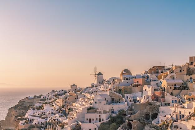 Village d'oia au coucher du soleil, l'île de santorin, grèce