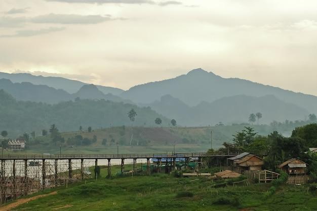 Village de pêcheur rural au milieu des collines en thaïlande occidentale