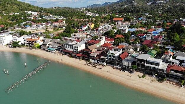 Village de pêcheurs au bord de la mer. vue aérienne d'un lieu touristique typique sur l'île de ko samui avec des boutiques de souvenirs et une rue piétonne aux beaux jours.