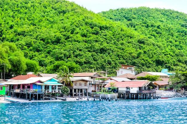 Village de pêcheurs sur la côte les collines verdoyantes et une eau cristalline