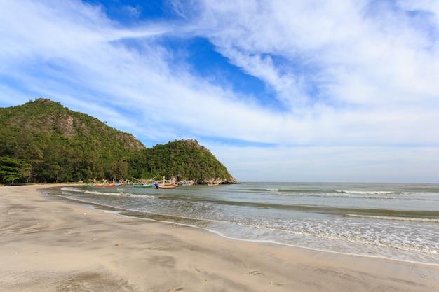 Village de pêcheurs et journée ensoleillée à sam roi yot, prachuapkhirikhan, thaïlande