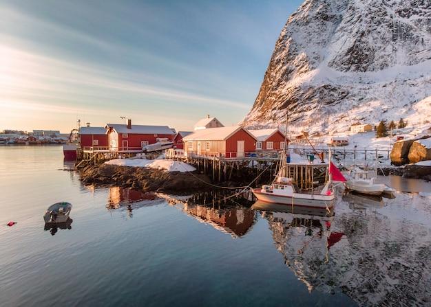 Village de pêcheurs avec port dans la vallée de l'hiver au lever du soleil