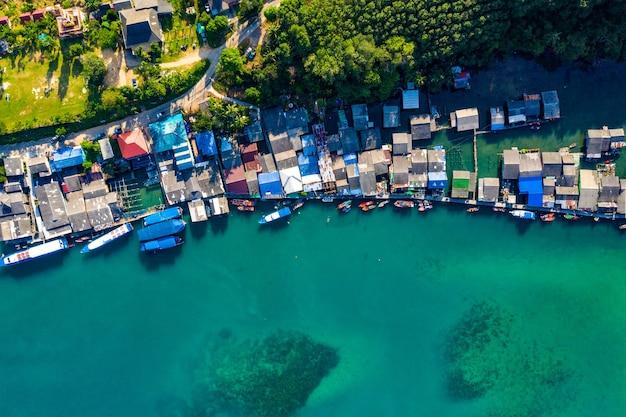 Village de pêcheurs de la vue à vol d'oiseau à koh kood, au sud-est de la thaïlande.