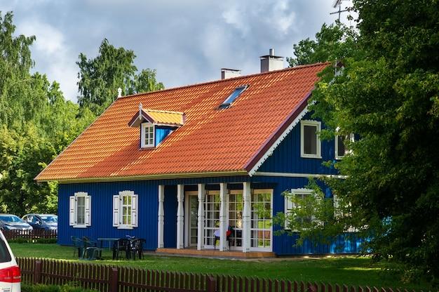 Village de pervalka, lituanie, vieille maison en bois traditionnelle lituanienne dans le village