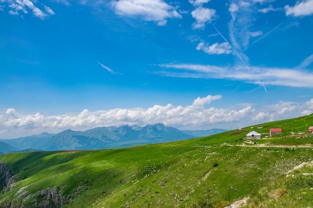 Le village pittoresque se trouve parmi les prairies des hautes montagnes.