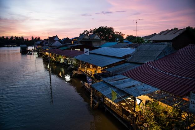 Village près de la rivière en soirée beau coucher de soleil à amphawa, thaïlande