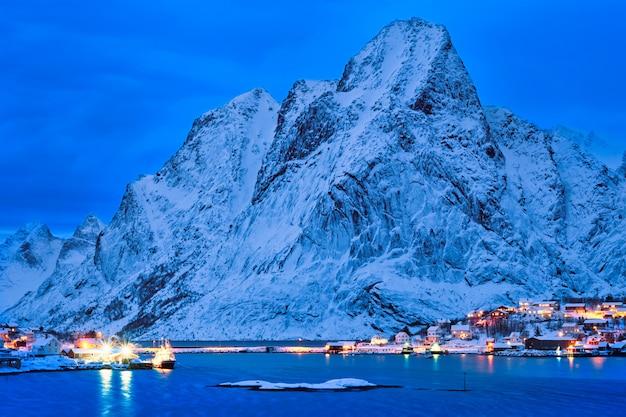 Village de reine la nuit. îles lofoten, norvège