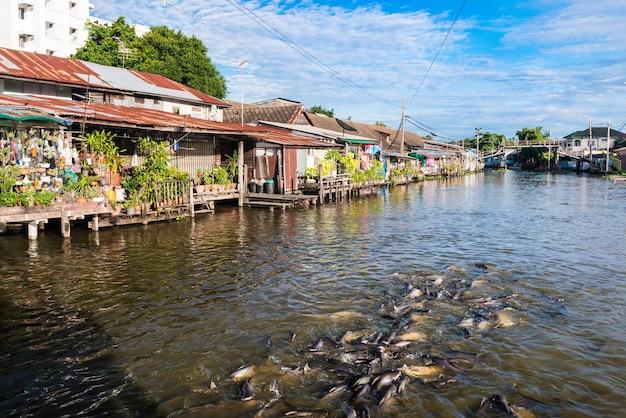 Village thaïlandais au bord de la rivière