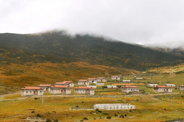 Village tibétain dans la campagne de daocheng