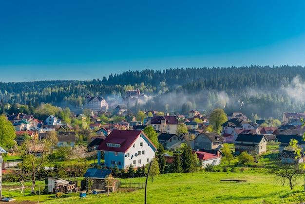 Village ukrainien coloré sur les collines de la montagne le matin