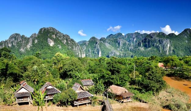 Le village de vangvieng au laos.